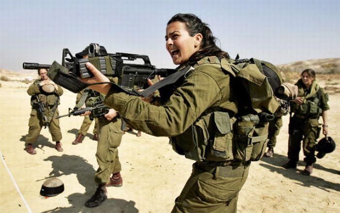銃を構えるイスラエル女性兵士