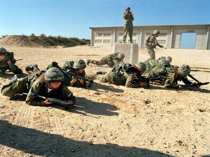 ほふく前進の訓練をする女性兵士