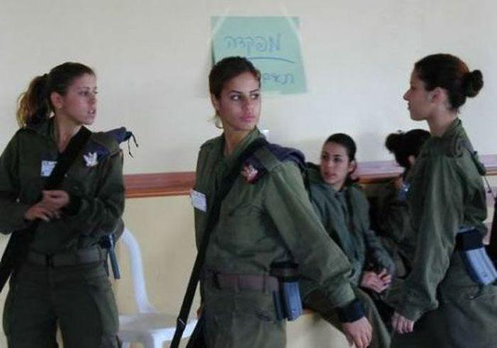 ミーティング中の女性兵士 2