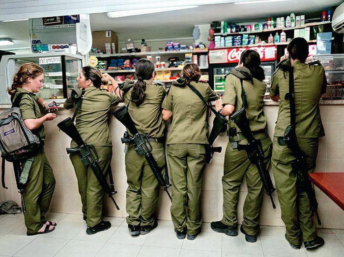 食料品店で並ぶ女性兵士