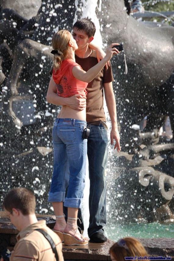 噴水で水遊びする白人の女の子 in ロシア 3