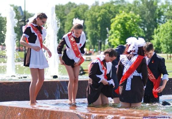 噴水で水遊びする白人の女の子 in ロシア 54
