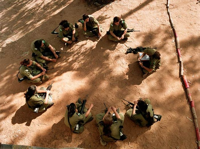 ミーティング中の女性兵士