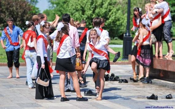 噴水で水遊びする白人の女の子 in ロシア 27