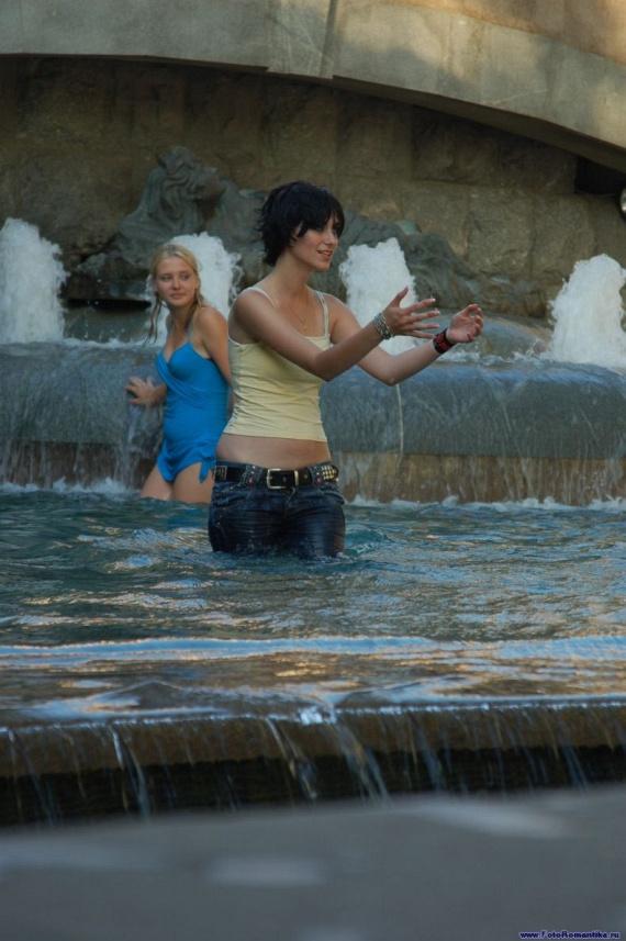 噴水で水遊びする白人の女の子 in ロシア 58