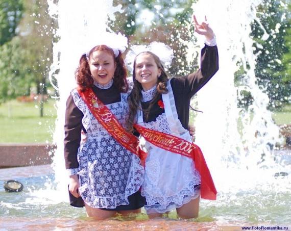 噴水で水遊びする白人の女の子 in ロシア 49