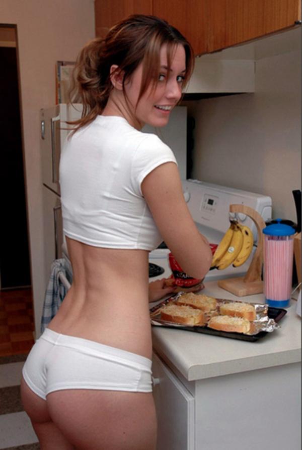 下着姿で料理が上手な白人美女 19