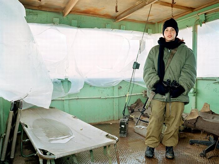 防寒装備の美人兵士 2