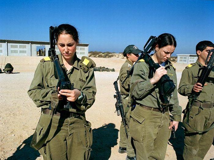軍事訓練を行うイスラエルの美女