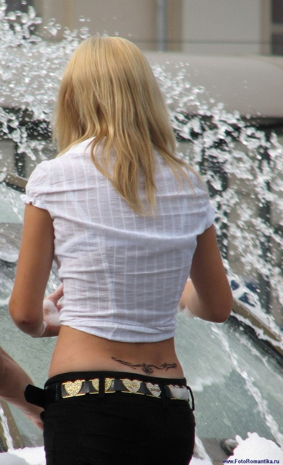 噴水で水遊びする白人の女の子 in ロシア 7