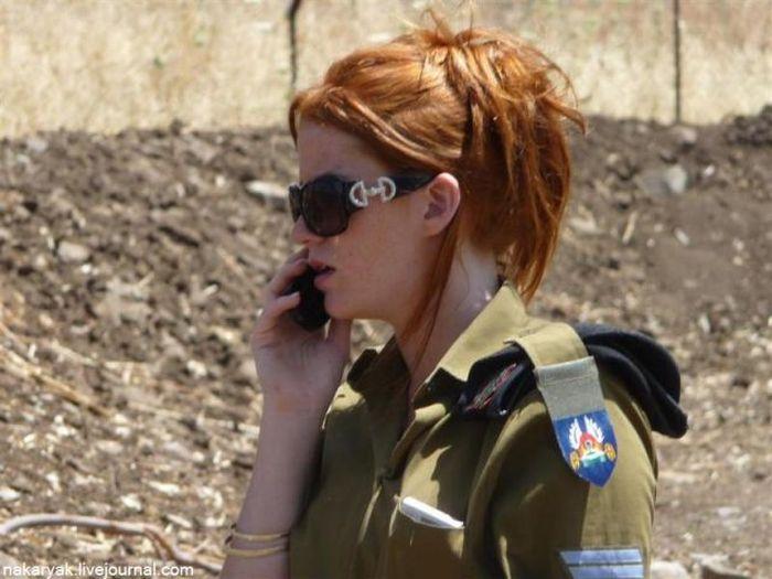 携帯電話で会話する女性軍人