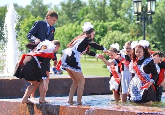 噴水で水遊びする白人の女の子 in ロシア 35