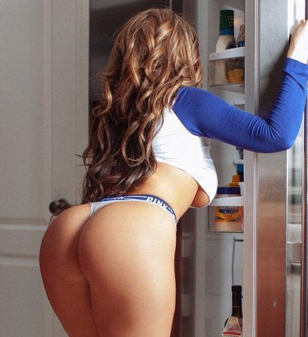 デカケツを突き出して冷蔵庫を開閉する白人美女 64