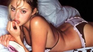 ベッドルームの女の子!寝室のベッドに横たわる白人美女画像