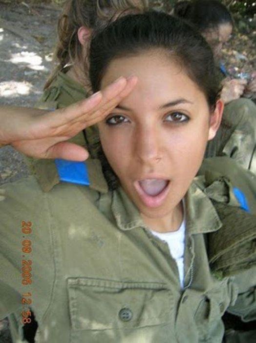 敬礼するイスラエル女性