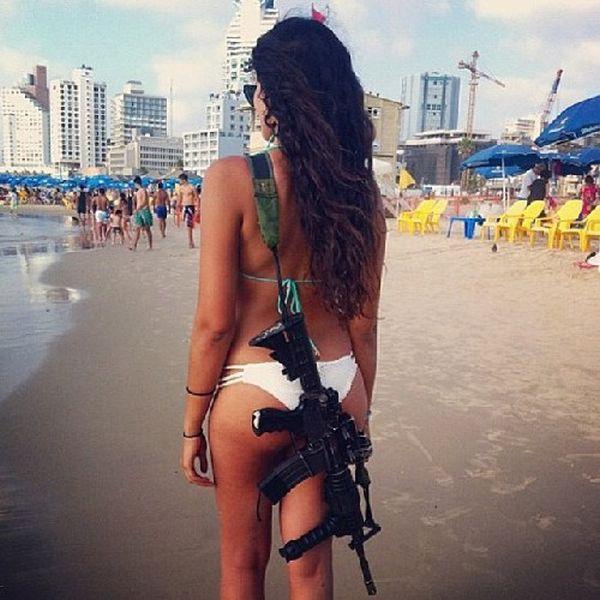 ビキニ姿で余暇を楽しむ、ただしライフル装備