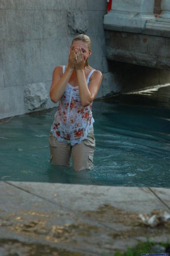 噴水で水遊びする白人の女の子 in ロシア 10