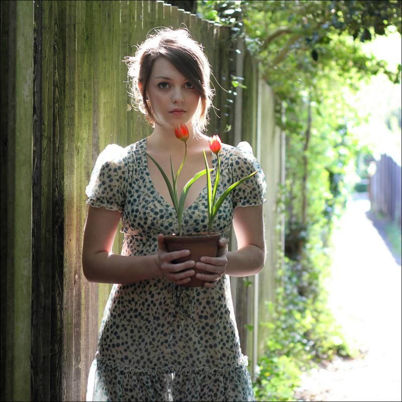 お花を抱える可愛らしい白人女の子