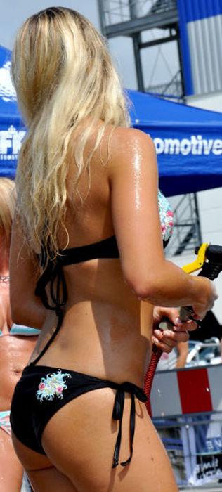白人ギャルたちのエッチな洗車サービス (6)