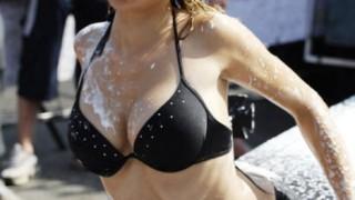 泡まみれで濡れまくる白人娘のエッチな洗車サービス!