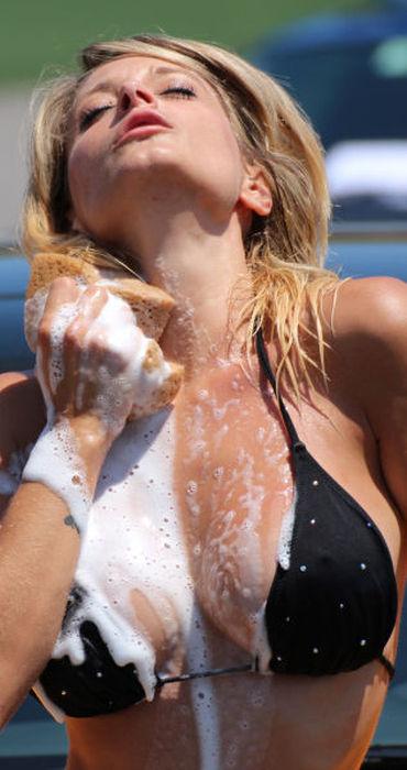 白人ギャルたちのエッチな洗車サービス (25)