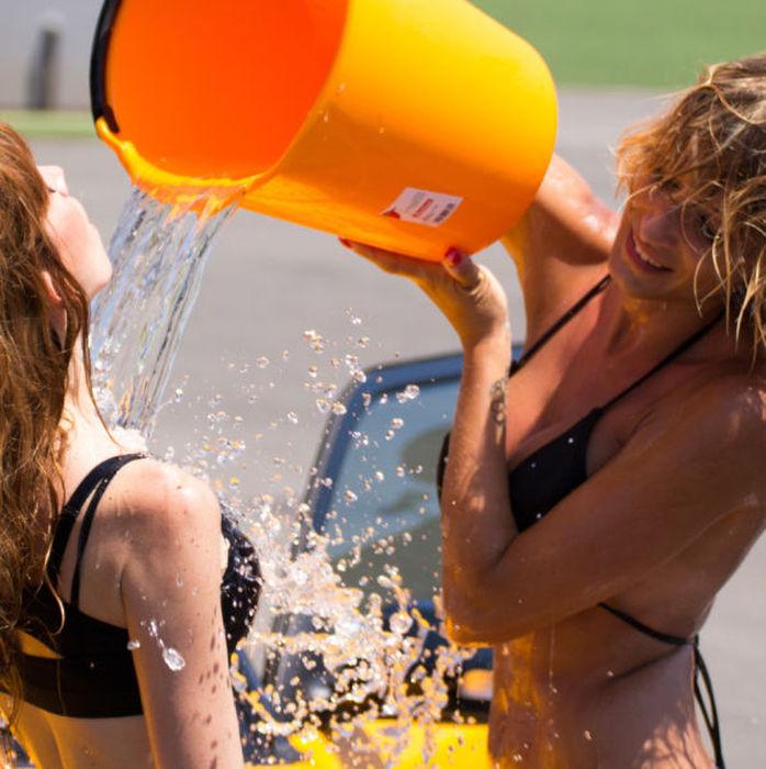 白人ギャルたちのエッチな洗車サービス (22)