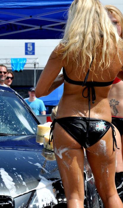 白人ギャルたちのエッチな洗車サービス (5)