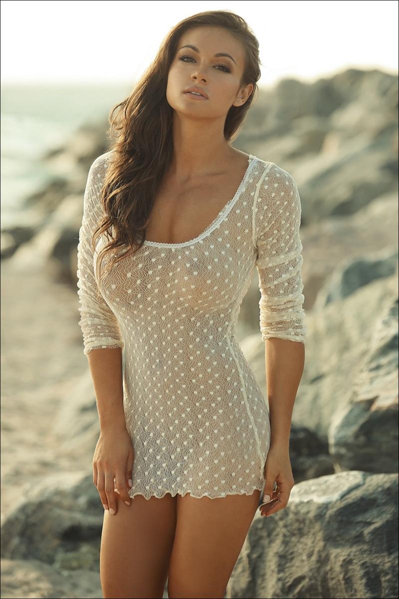 透け透けエロドレスで乳首もアンダーも見えそうな痴女