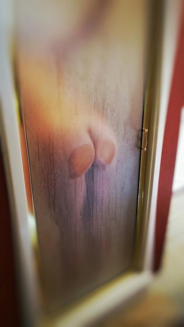 裸で押し付けるお尻