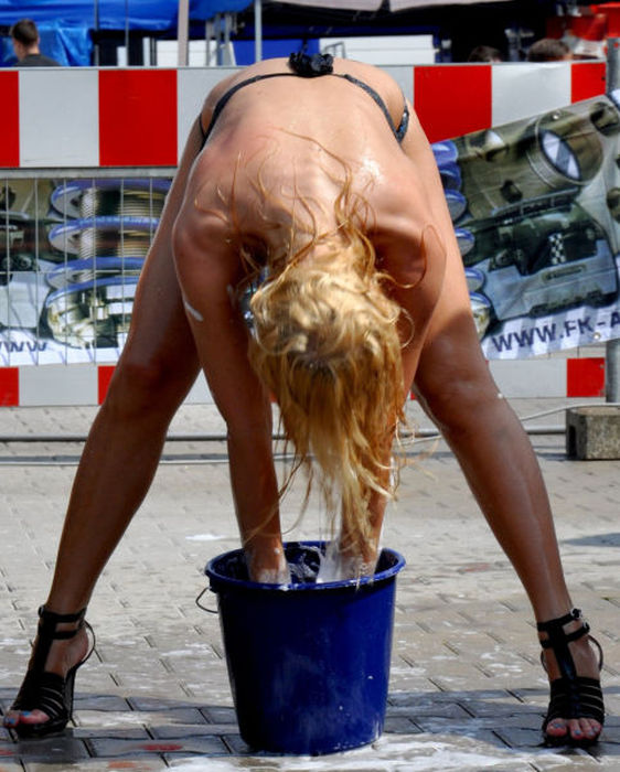 白人ギャルたちのエッチな洗車サービス (7)