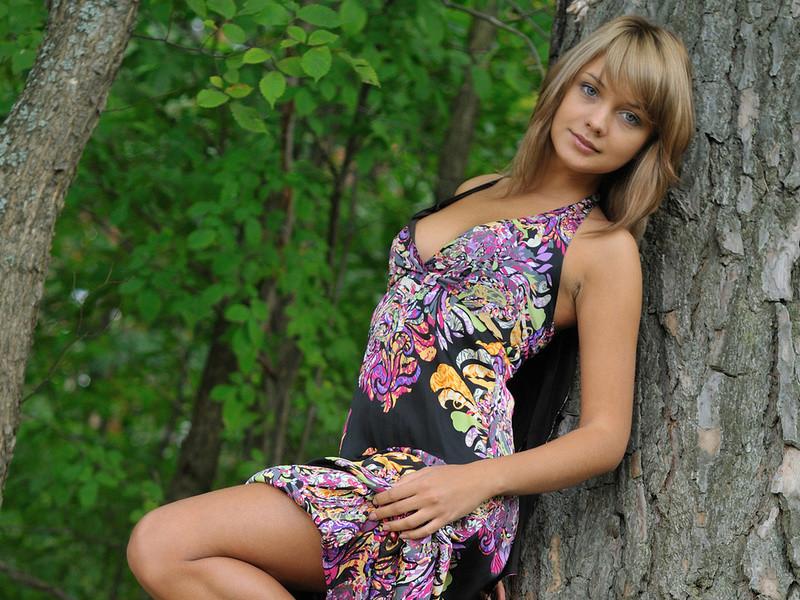 森で着衣プレイを迫ってくるエロすぎる海外美女