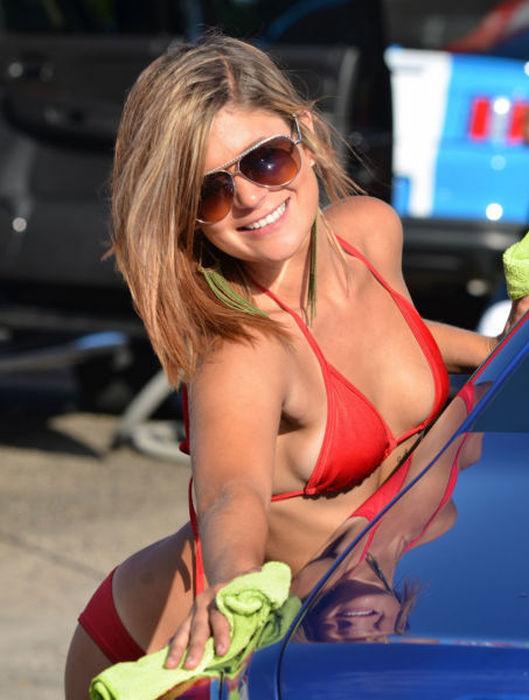 日焼けギャルはかわいい笑顔で楽しく洗車!