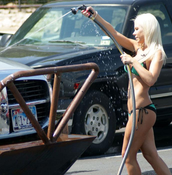 白人ギャルたちのエッチな洗車サービス (16)