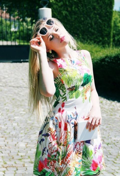 クールなサングラスが似合うのも白人と海外美女モデルならでは、夏の日照りに綺麗なお肌をさらけだすぜ。