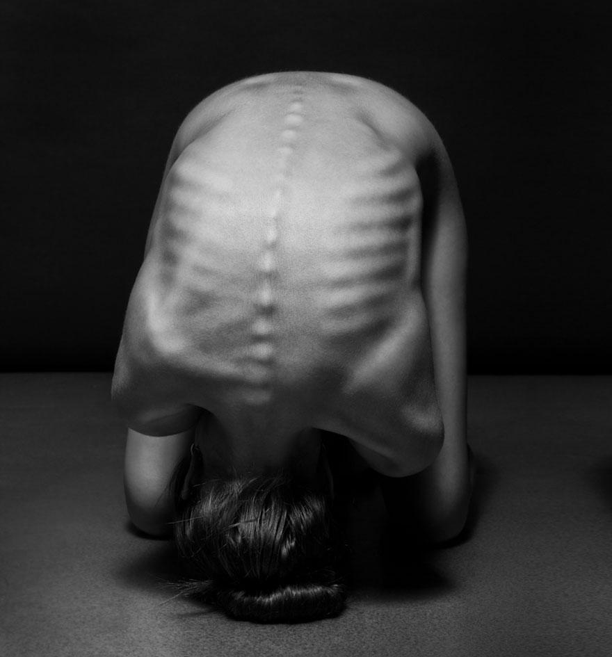 筋肉や骨の形までよく分かる女体ヌード画像!解剖学的な美しさ (3)