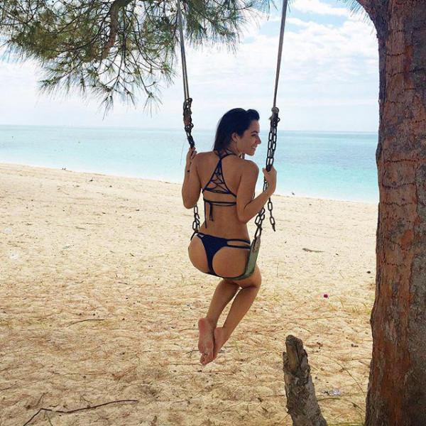 モデル級の美女と南国の海岸でバカンスを楽しむ!