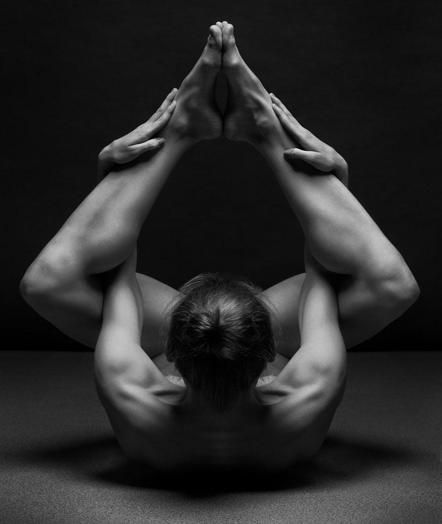 筋肉や骨の形までよく分かる女体ヌード画像!解剖学的な美しさ (10)