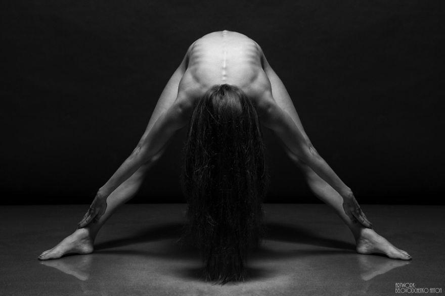 筋肉や骨の形までよく分かる女体ヌード画像!解剖学的な美しさ (14)