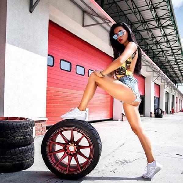 タイヤに美脚を乗せる超ピチピチなギャル